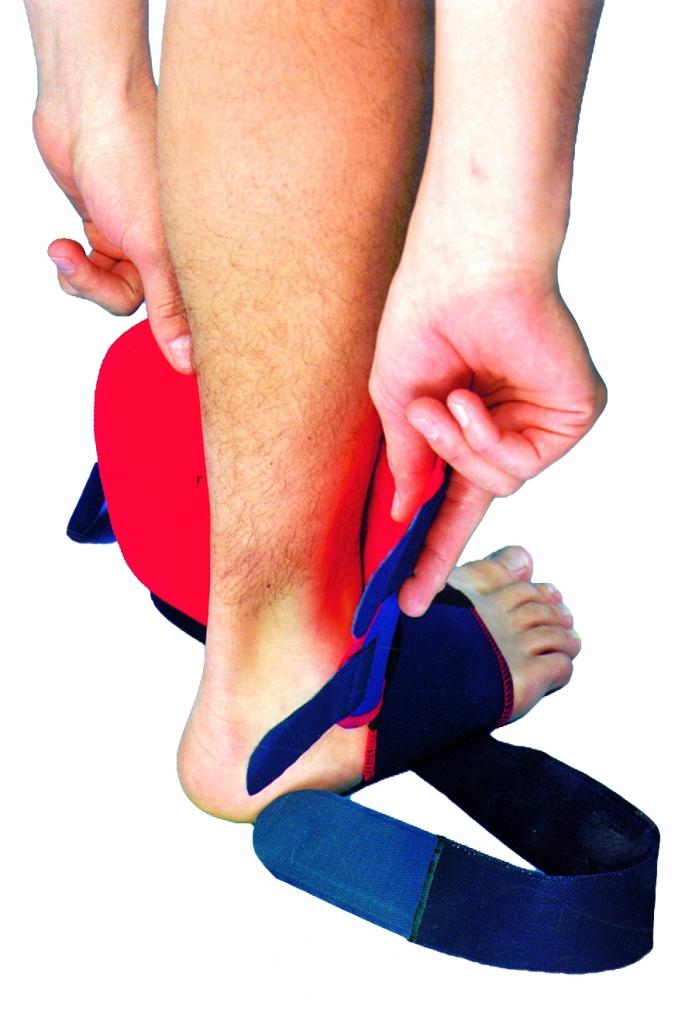 1. Schritt Anlegen der Sprunggelenkbandage Pro, Überziehen der Bandage